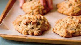 Δείτε πως να φτιάξετε τα ευκολότερα μπισκότα του κόσμου με δυο υλικά