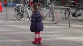 Σκληρό & Πραγματικό Βίντεο: Μόλις το δείτε δεν θα ξανάπαίξετε ποτέ με το Κινητό σας όταν είστε με τα παιδιά ...