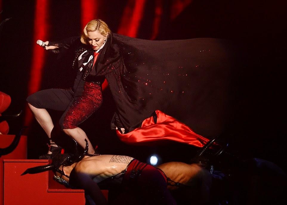 Γκρεμοτσακίστηκε η Μαντόνα .Η απίστευτη τούμπα επί σκηνής ΕΙΚΟΝΕΣ ΚΑΙ ΒΙΝΤΕΟ