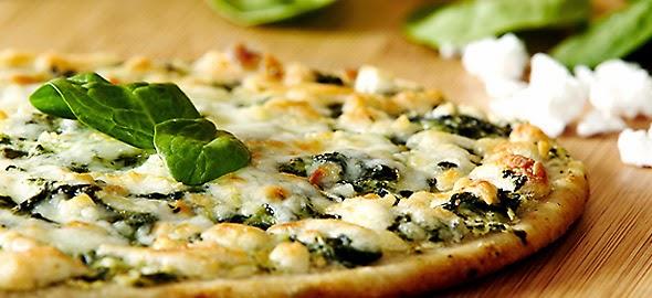 Πίτσα με σπανάκι και φέτα από τον Ηλία Μαμαλάκη