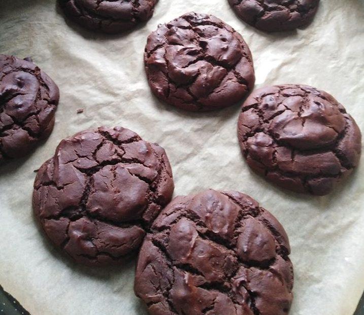 Μαλακά σοκολατένια cookies με κομμάτια λιωμένης σοκολάτας.(Νηστίσιμα)