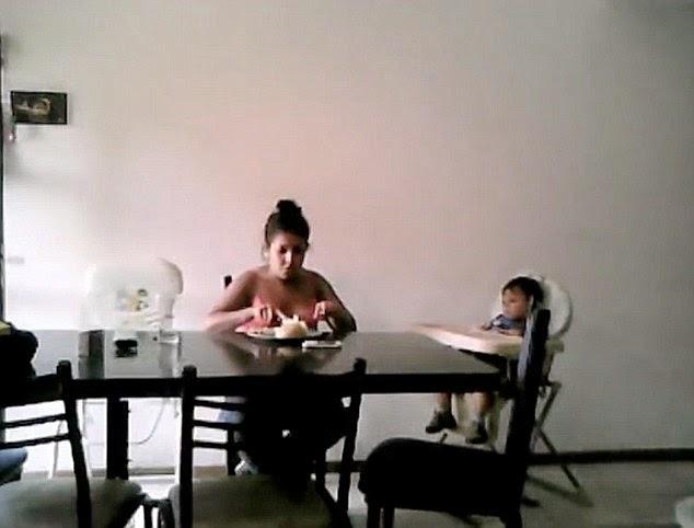 Φρικιαστικο  βίντεο: Νταντά ξυλοκοπεί 2χρονο και του τρώει το φαγητό!