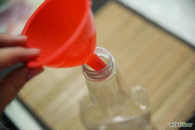Ρίχνει ζύμη μέσα σε ένα μπουκάλι. Γιατί; Απίστευτο κόλπο!