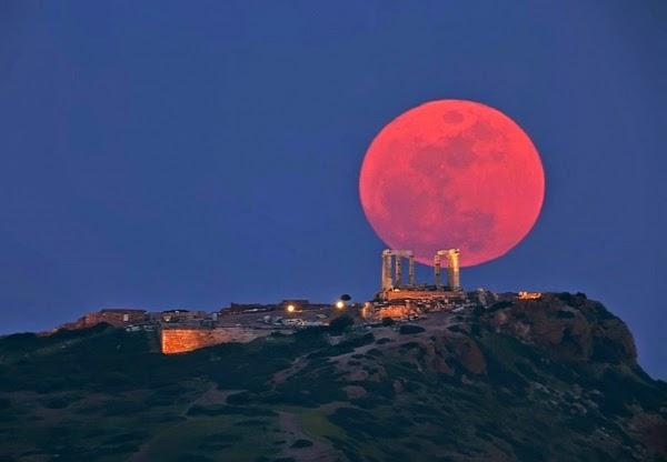 Μετά την έκλειψη Ηλίου έρχεται το Ματωμένο Φεγγάρι.Δείτε τις ημερομηνίες που ο ουρανός θα προσφέρει θέαμα