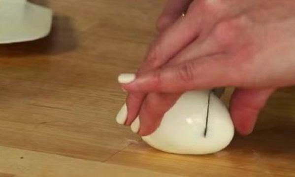 Κόβει ένα αυγό στη μέση και φτιάχνει το ποιο ωραίο μεζεδάκι για παιδιά!