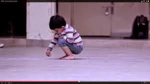 Ένα μικρό αγόρι ζωγραφίζει με κιμωλίες κάτι στο δάπεδο. Όταν δείτε τι, θα κλαψετε…(VIDEO)