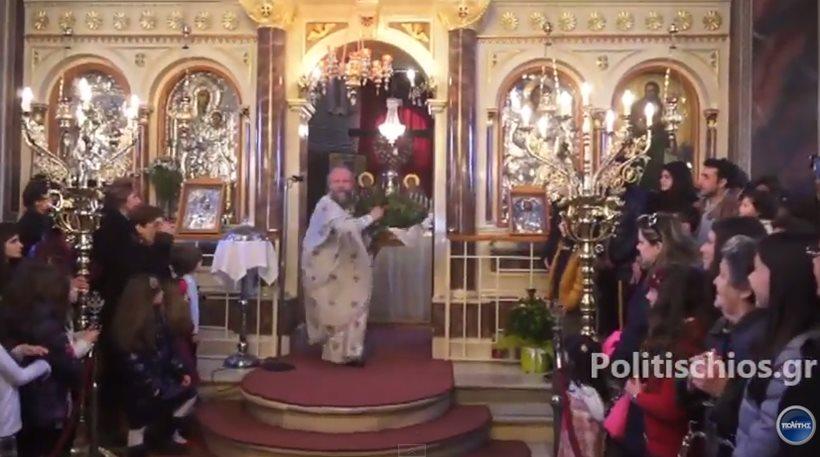 Ρεσιτάλ για ακόμα μια χρονιά έδωσε ο viral παπάς της Χίου