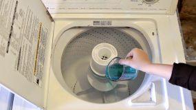 Ρίχνει στοματικό διάλυμα Στο Πλυντήριο ρούχων.Γιατι; Δειτε το τελειο home tip που θα σας ξετρελανει