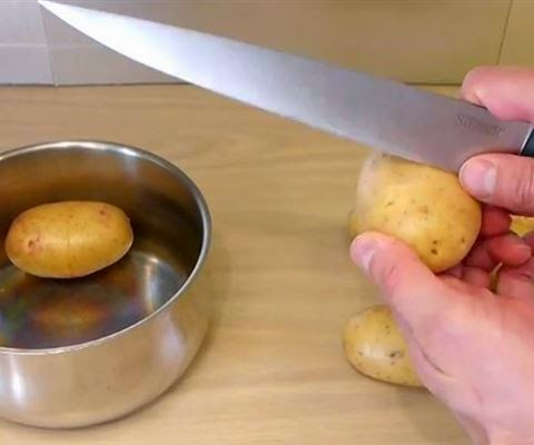 Χαράζει την πατάτα.Γιατί; Δείτε το! Πανέξυπνο! ΒΙΝΤΕΟ
