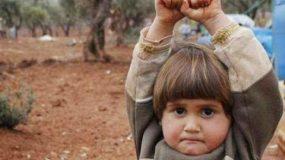 Σκοτώθηκε το κοριτσάκι που παραδόθηκε στην κάμερα. Τι απέγινε μετά τη συγκλονιστική φωτογραφία