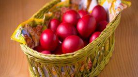 Γιατί βάφουμε κόκκινα αυγά τη Μεγάλη Πέμπτη;