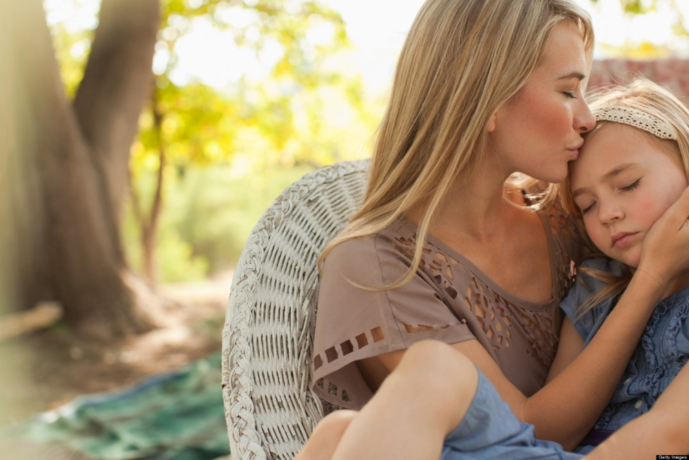 Μη φοβάστε να αγαπήσετε υπερβολικά τα παιδιά σας. Δεν υπάρχει περίπτωση η αγάπη σας ποτέ να τους κάνει κακό