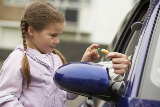 Προσοχή: Καλοντυμένοι άνδρες πλησιάζουν ανυποψίαστα παιδιά