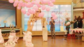 Η Ελένη Μενεγάκη ενώ ταΐζει το μωρό της συνομιλεί με τους fans της…