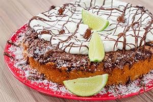 Μαλακό κέικ χωρίς λακτόζη με καρύδα & σοκολάτα από τον Ανδρέα Λαγό