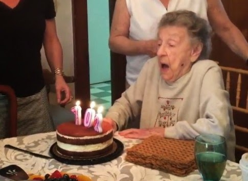 θα κρατάτε τη κοιλιά σας απο το γέλιο!Γιαγιά 102 χρονών φυσάει τα κεράκια και εκτοξεύεται η μασέλα