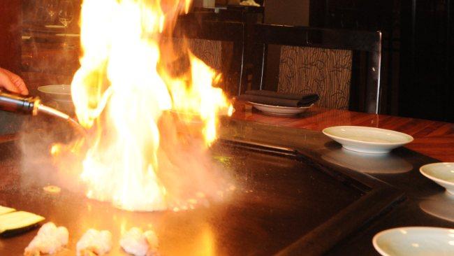 Δείτε τι μπορεί να συμβεί αν ρίξετε σε ένα τηγάνι με καυτό λάδι νερό!