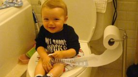 Ο ξεκαρδιστικός μονόλογος ενός τρίχρονου στην τουαλέτα! Θα λιώσετε στο γέλιο!(ΒΙΝΤΕΟ)