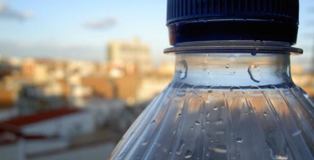 Τα πλαστικα μπουκαλάκια νερού ΑΠΑΓΟΡΕΥΕΤΑΙ να τα χρησιμοποιείτε ξανά:Δείτε γιατι.