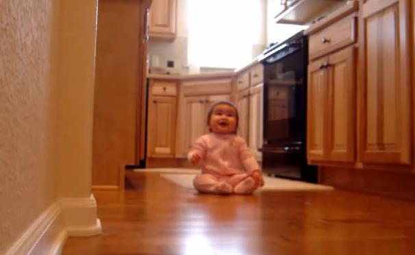 Μωράκι έχει την πιο γλυκιά αντίδραση όταν ο μπαμπάς του επιστρέφει στο σπίτι