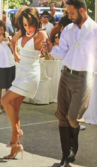 Όταν η Γιάννα Αγγελοπούλου πέταξε τις γόβες και χόρεψε ξυπόλητη πεντοζάλη για χάρη της εγγονής - Tράβηξε όλα τα βλέμματα [photos]