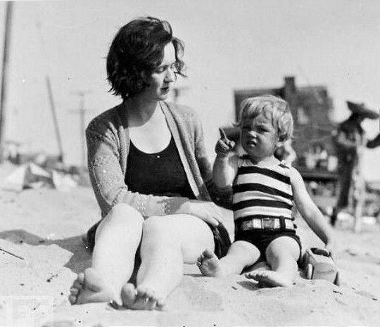 Η Ελληνίδα μάνα στην παραλία