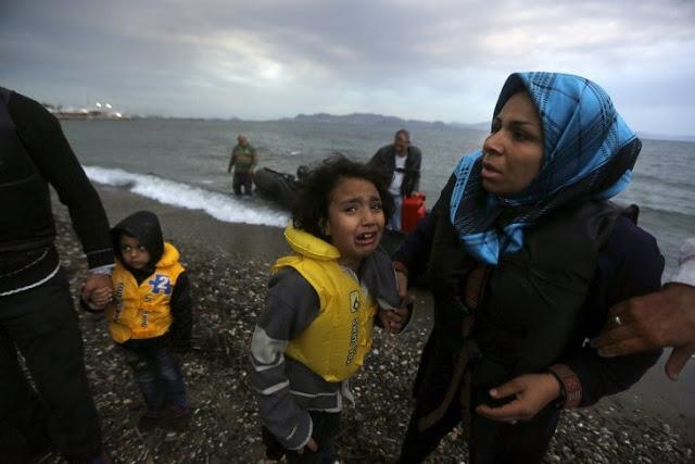 ΜΙΑ... ΙΔΙΑΙΤΕΡΗ ΚΙΝΗΣΗ Ολλανδός στην Κω με 2 βαλίτσες ρούχα ντύνει μετανάστες.ΕΙΚΟΝΕΣ