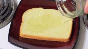 Ρίχνει ξύδι σε μια φέτα ψωμί του τοστ ο λόγος; Το πιο έξυπνο κόλπο!