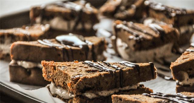 Συνταγή για πάρτυ: Σοκολατένια sandwiches από τον Ακη Πετρέτζικη
