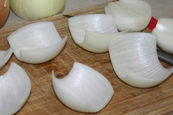 Αδειάζει το κρεμμύδι, το γεμίζει με κιμά και τα τυλίγει με…! Το αποτέλεσμα; Πιο γευστικό δεν γίνεται!