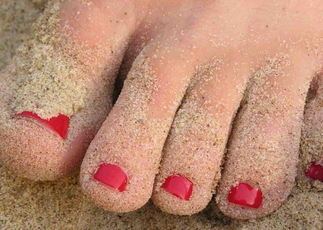 Δείτε το κόλπο που σίγουρα δε ξέρατε για να αφαιρέσετε πανεύκολα την άμμο που κολλάει στα πόδια!