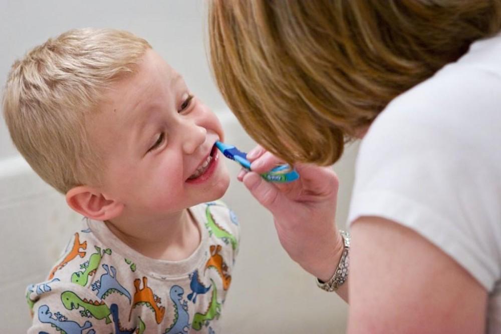 Δειτε στο video πως ακριβως πρέπει να βουρτσιζετε τα δόντια του παιδιου