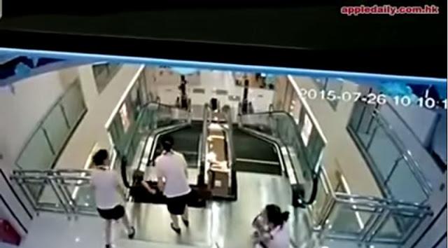 Μητέρα έσωσε το παιδί της δευτερόλεπτα πριν την καταπιούν οι κυλιόμενες σκάλες