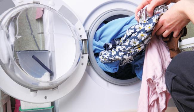Ξεβαψαν τα ρούχα στο πλυντήριο;Εχουμε το κόλπο για να τα επαναφέρεις
