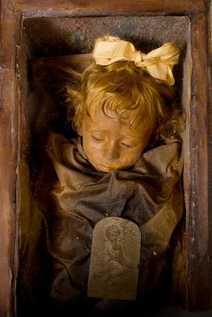 Η ωραία κοιμωμένη της Σικελίας. Μούμια δίχρονου κοριτσιού από το 1920, ανοιγοκλείνει τα μάτια της!...