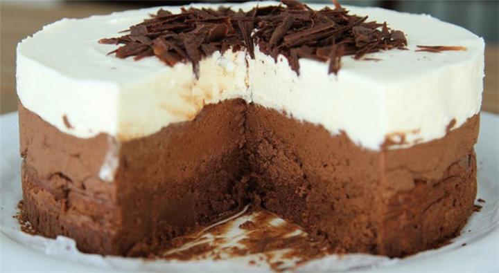 ΠΑΝΕΥΚΟΛΗ Τούρτα τριπλής σοκολάτας με 4 μόνο υλικά!