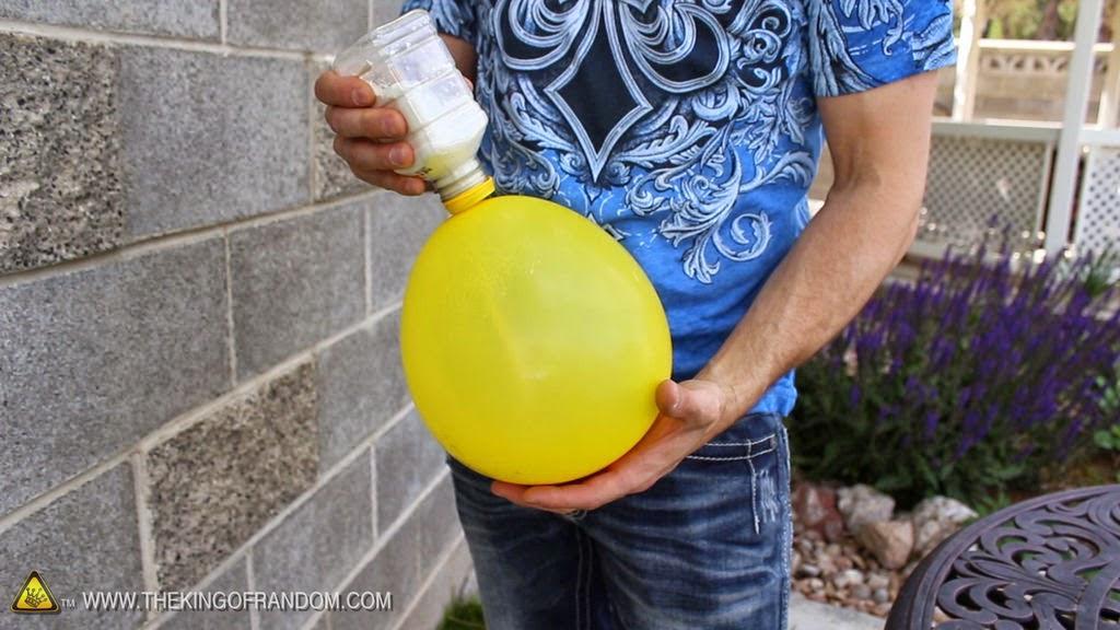 Ρίχνει αλεύρι μέσα σε ένα μπαλόνι ο λόγος; Απίθανο!!!!