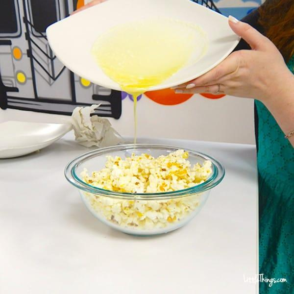 Για ποιο, βάζει στο μπολ καλαμπόκι και από πάνω το πιάτο με το βούτυρο;