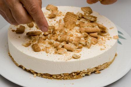 Εύκολη καλοκαιρινή τούρτα με γιαούρτι από την Αργυρω Μπαρμπαρίγου