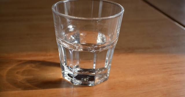 Γιατί δεν πρέπει να πίνετε το νερό που αφήνετε  δίπλα στο κρεβάτι σας τη νύχτα