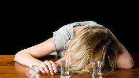 Μεγαλώνοντας με αλκοολική μητέρα.πάντα μόνη μου.. Αληθινή ιστορια