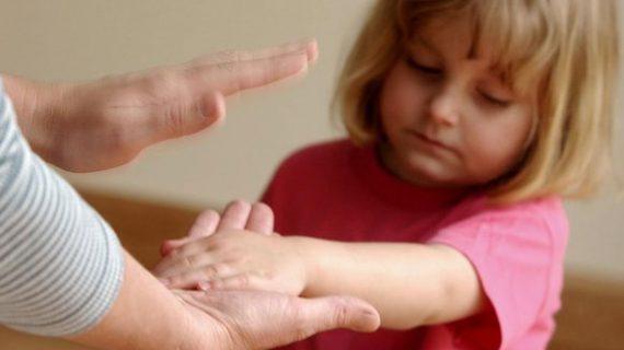Χτύπας το παιδί σου στα χέρια ή στο ποπό; Δες τι προβλήματα υγείας μπορεί να αποκτήσει!