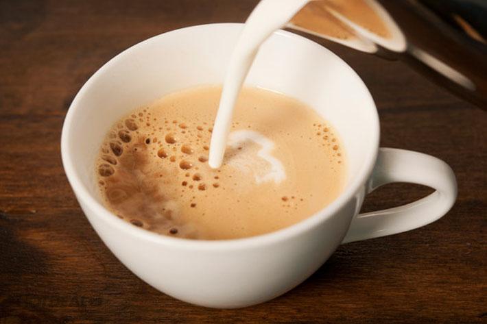 Δείτε τι συμβαίνει στο σώμα μας όταν βάζουμέ γάλα στον καφέ