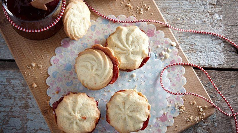 Βουτυρένια μυρωδάτα βουτήματα γεμιστά με μαρμελάδα φράουλα