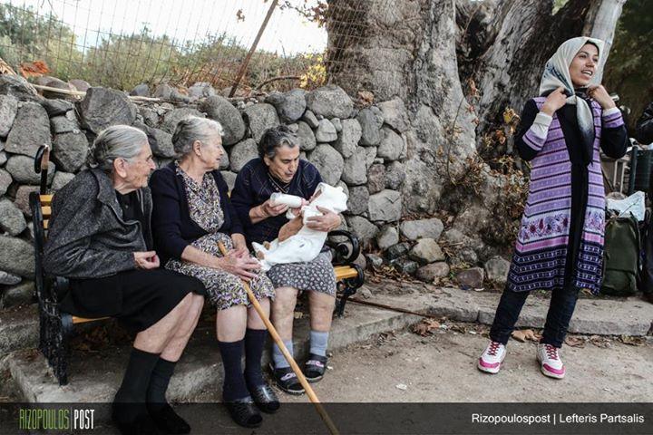 Η φωτογραφία που λύγισε το facebook!Ελληνίδες γιαγιάδες ταΐζουν νεογέννητο προσφυγόπουλο!