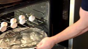 Τοποθετεί ένα αλουμινόχαρτο και αυγά στο φούρνο...Πανέξυπνο!