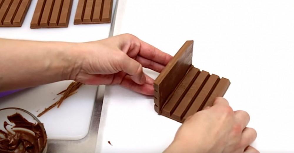 Ενώνει τις σοκολάτες και φτιάχνει την ποιο όμορφη ιδέα για κέρασμα!