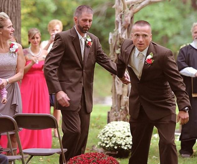 Σταμάτησε το γάμο της κόρης του, για να την παραδόσει, μαζί με τον πατριό της