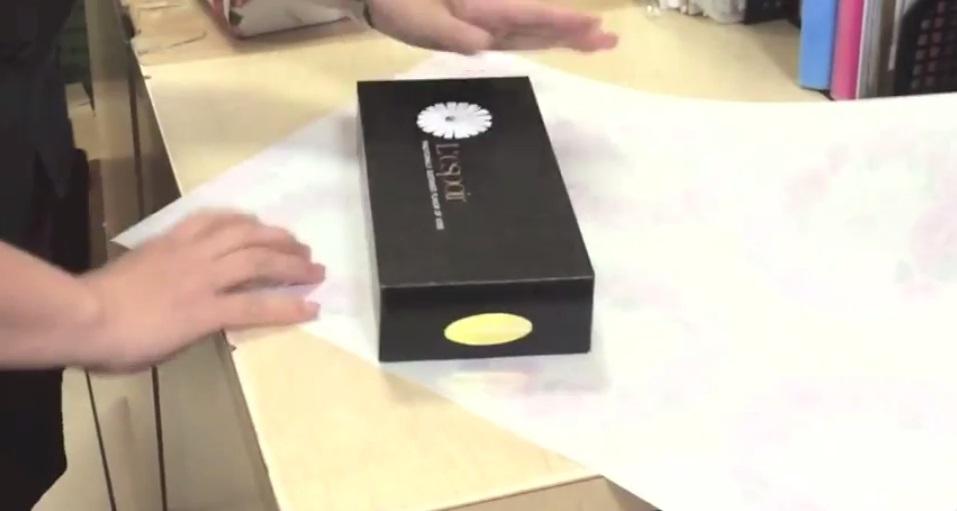 Δες πως θα τυλίξεις τα δώρα σου σε λιγότερο από 30 δεύτερα! (video)