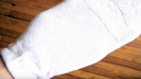 Βουτάει μια κάλτσα στο ξύδι για να κάνει τη ζωή σας ποιο εύκολη!